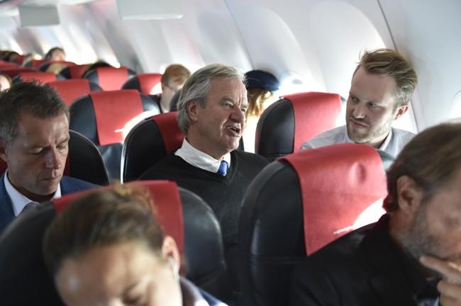 I PRAT: Bjørn Kjos i samtale med Nettavisens Halvor Ripegutu. Kommiunikasjonssjef Lasse Sandaker-Nielsen til venstre. FOTO: Tommy H.S. Brakstad