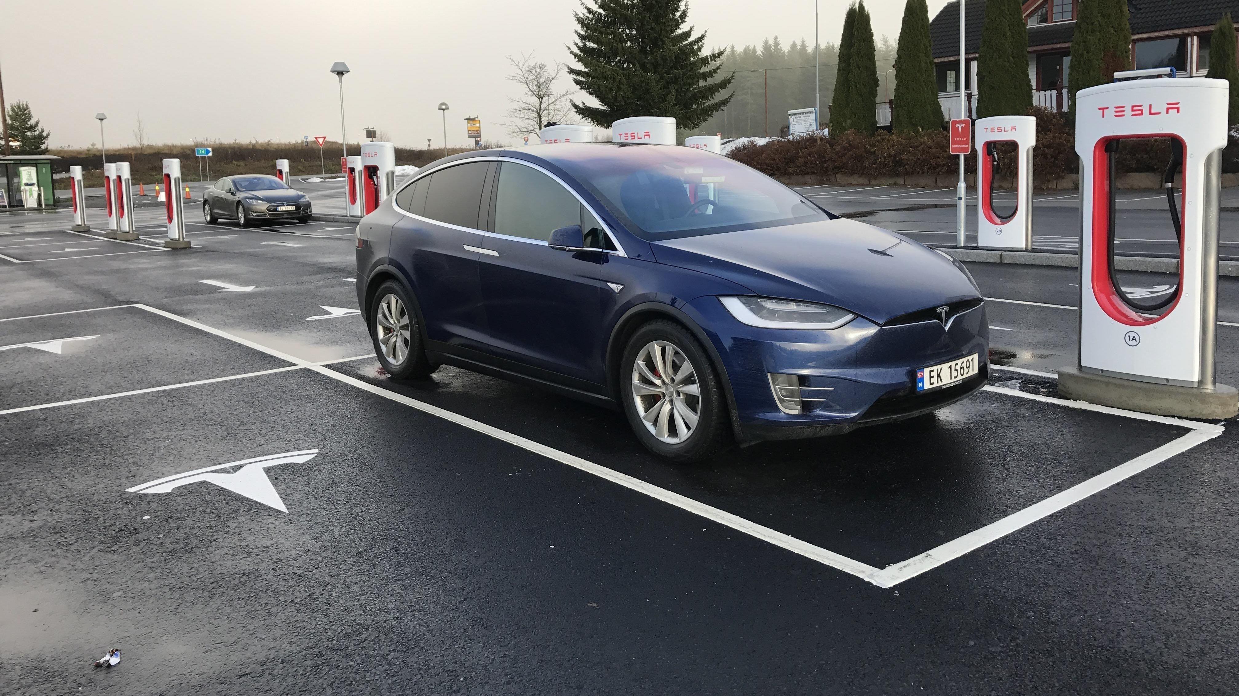 DYR BIL SKAL BLI DYRERE: Tesla Model X er en av de mest kostbare elbilene i Norge, og regnes som en premium-SUV. Likevel behøver ikke kjøperne å betale moms, bompenger eller særlig med veiavgift. Det kan det snart bli slutt på.