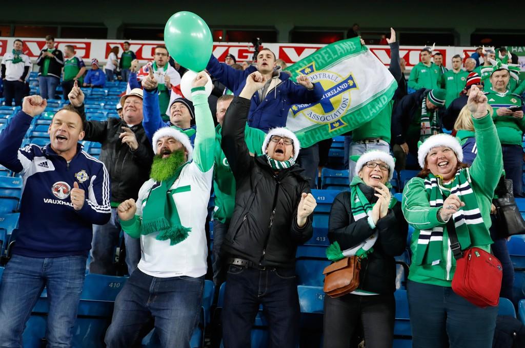 JUBEL: Nordirske fans fikk grunn til å juble på søndag, selv med 0-1-tap for Norge. Før kampen ble det nemlig klart at laget er sikret en plass i play off til VM neste år.
