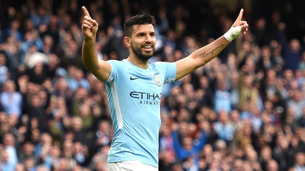 BREDE SMIL: Sergio Agüero er tilbake på treningsfeltet for Manchester City.