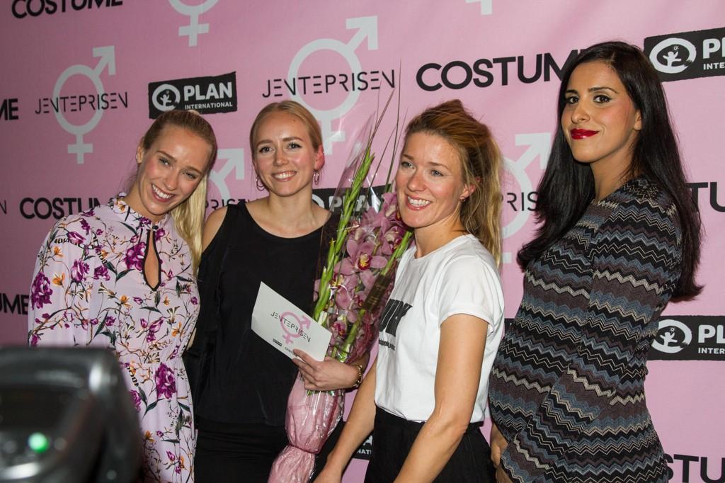 Konferansier Katharina Flatland (f.v.), saksbehandler i JURK, Emilie Hulthlin, daglig leder i JURK, Sara Eline Grønvold og jurymedlem Navjot Sandhu.