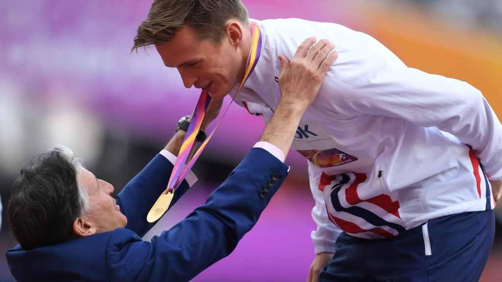 IAAF-president Sebastian Coe hilser på gullvinner Karsten Warholm etter at han vant finalen i 400 meter hekk finalen i VM i august.