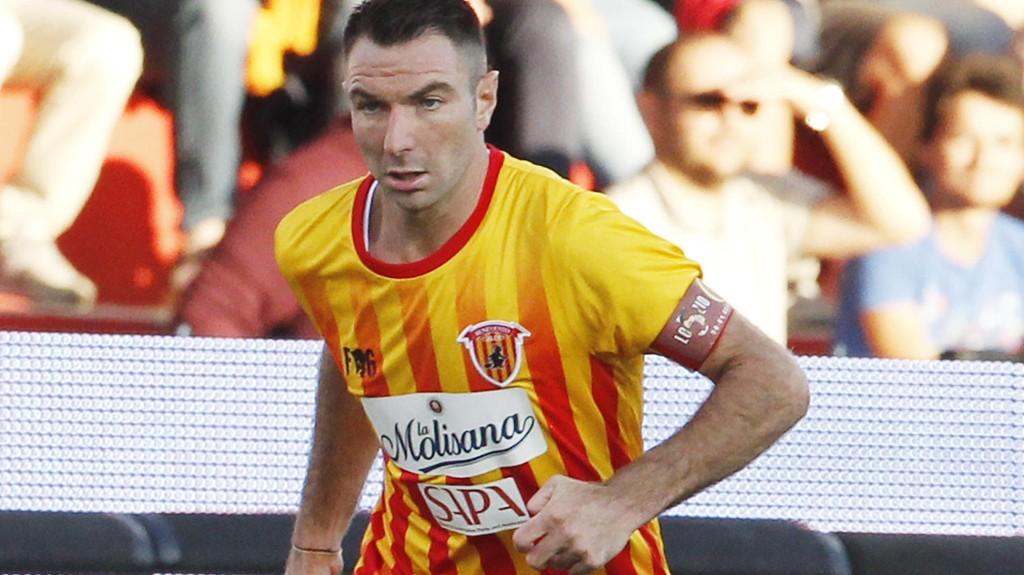Beneventos kaptein Fabio Lucioni prøver å stoppe Napolis Marek Hamsik.