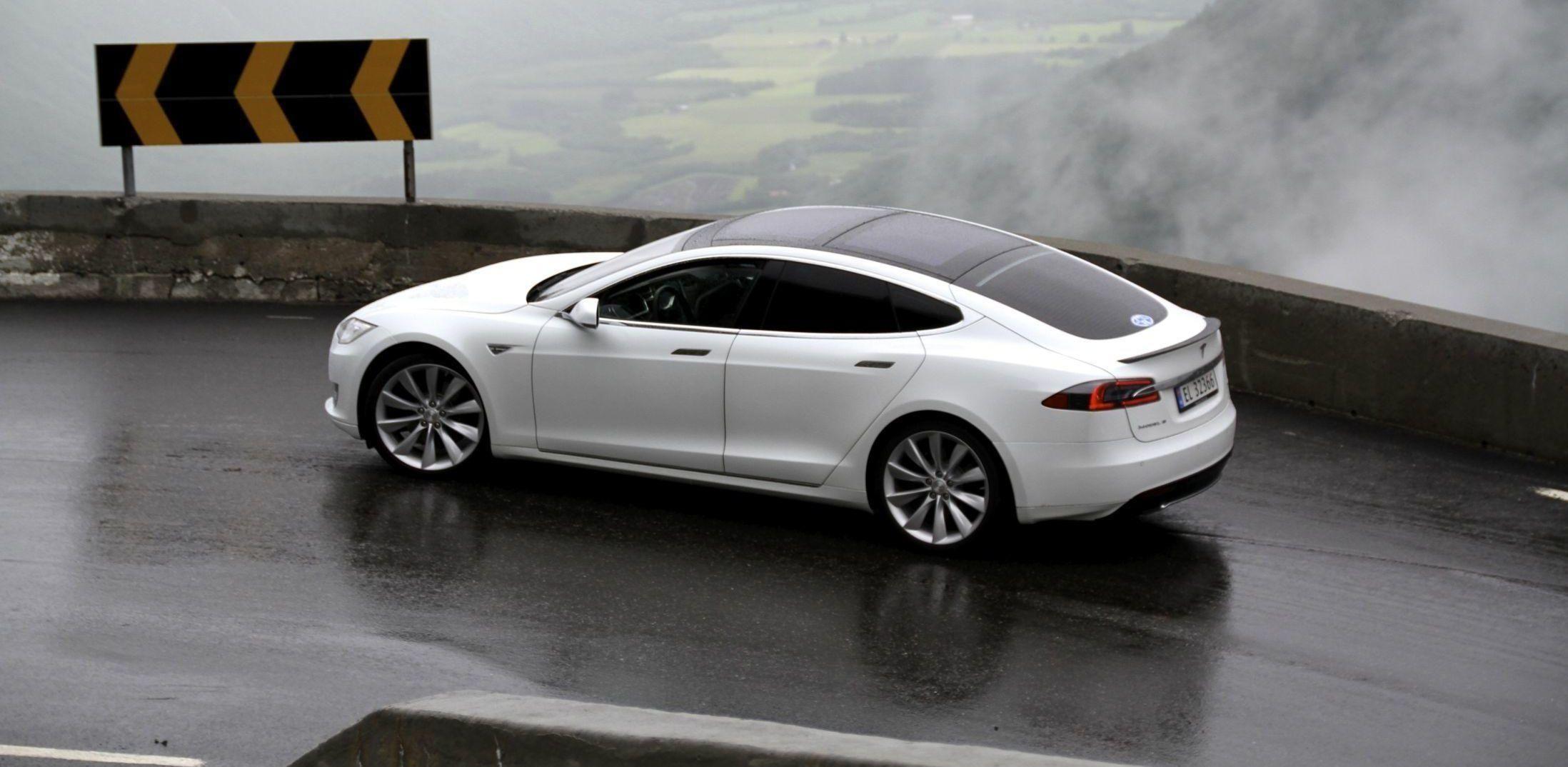 Tesla har hatt rekordsalg i Norge i flere år, godt hjulpet av at bilene hverken har hatt avgift eller moms. Nå kan det bli en endring på dette.