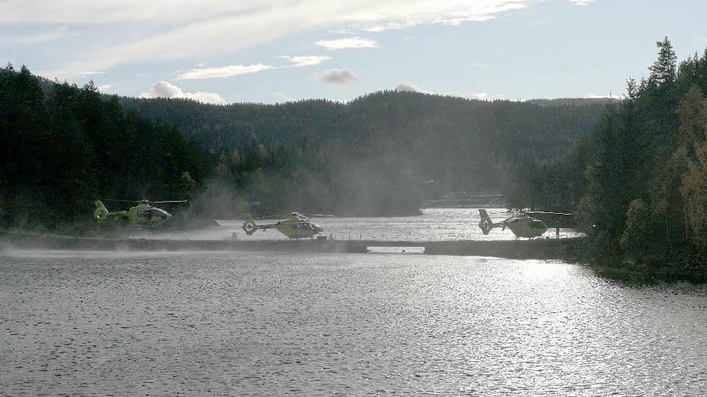 SAVNET: Ambulansehelikopter ved Seljordsvannet i Telemark, der én personer fortsatt er savnet etter at en båt med seks personer ombord kantret torsdag ettermiddag. To personer er meldt omkommet.