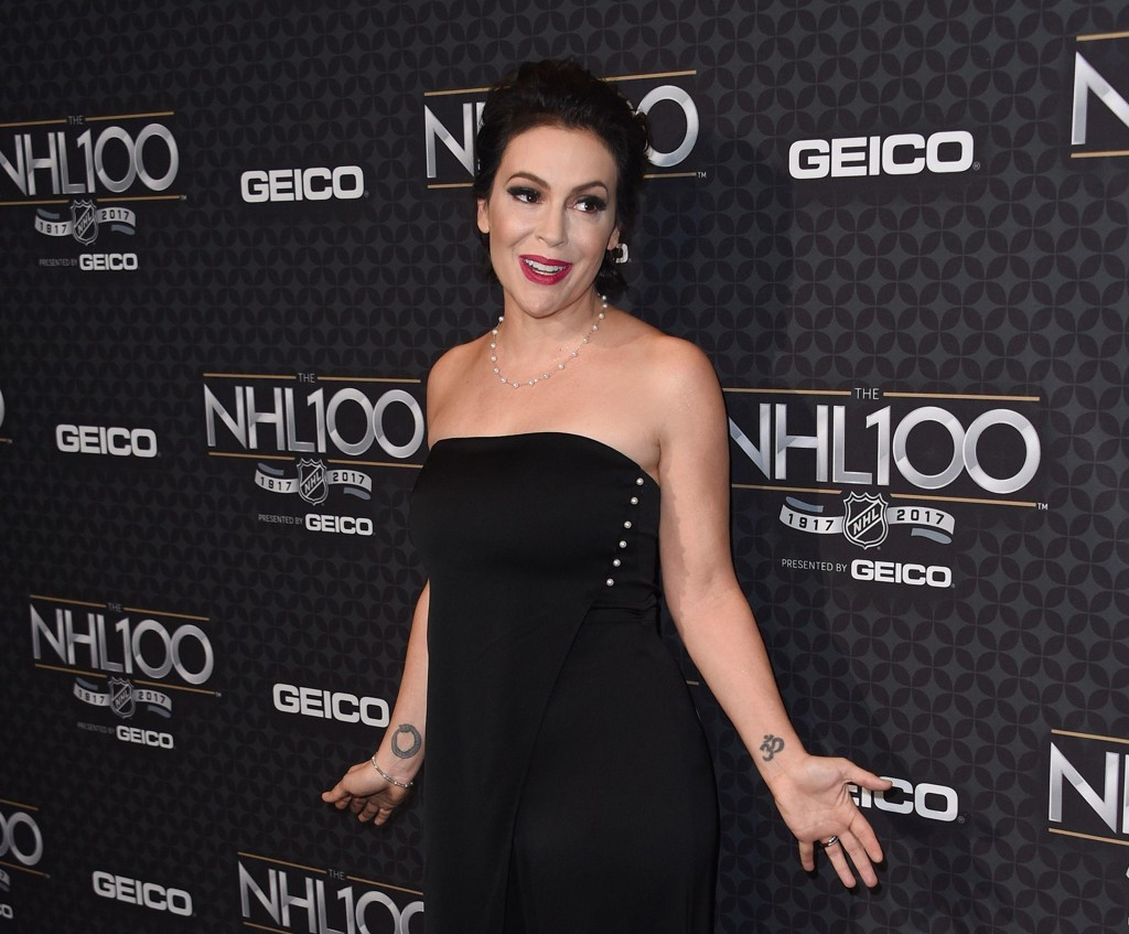 Alyssa Milano (44) er en amerikansk sanger og skuespiller. Hun er blant annet kjent for TV-serien Charmed, hvor hun spiller Phoebe Halliwell.
