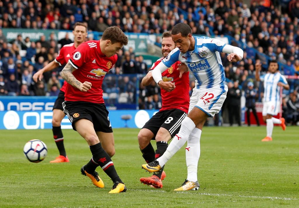 TABBE: Victor Lindelöf må bare se på mens Laurent Depoitre setter inn 2-0 for Huddersfield etter svenskens forsvarstabbe.