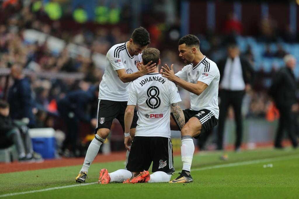 UTLIGNING: Stefan Johansen gratuleres av lagkameratene i Fulham etter 1-1-scoringen mot Aston Villa.