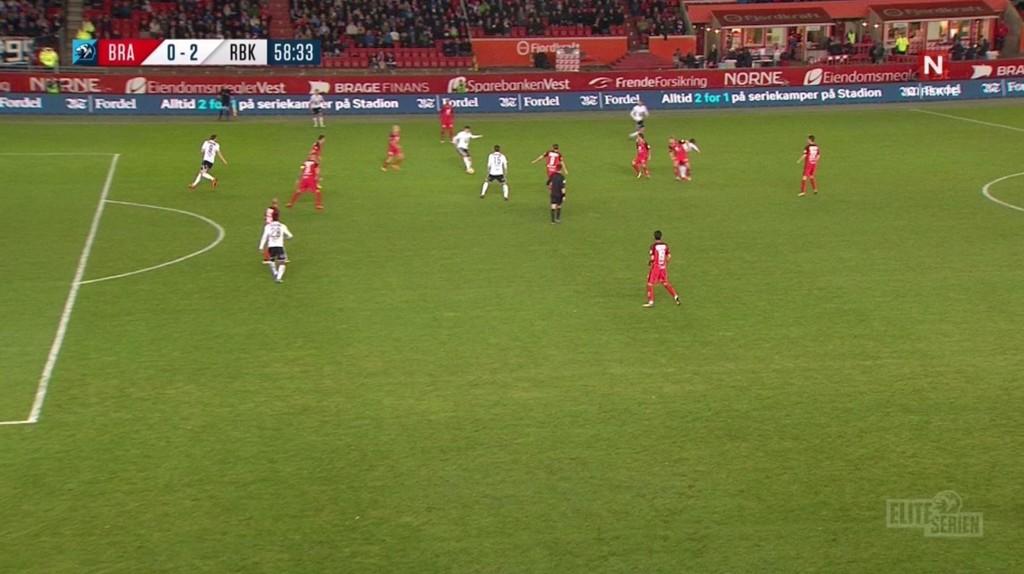 OFFSIDE ELLER IKKE: Dersom Pål André Helland virkelig er borti ballen her, er det ingen tvil om at det skal blåses offside på Nicklas Bendtner. Uansett er det godkjente målet av den tvilsomme sorten.