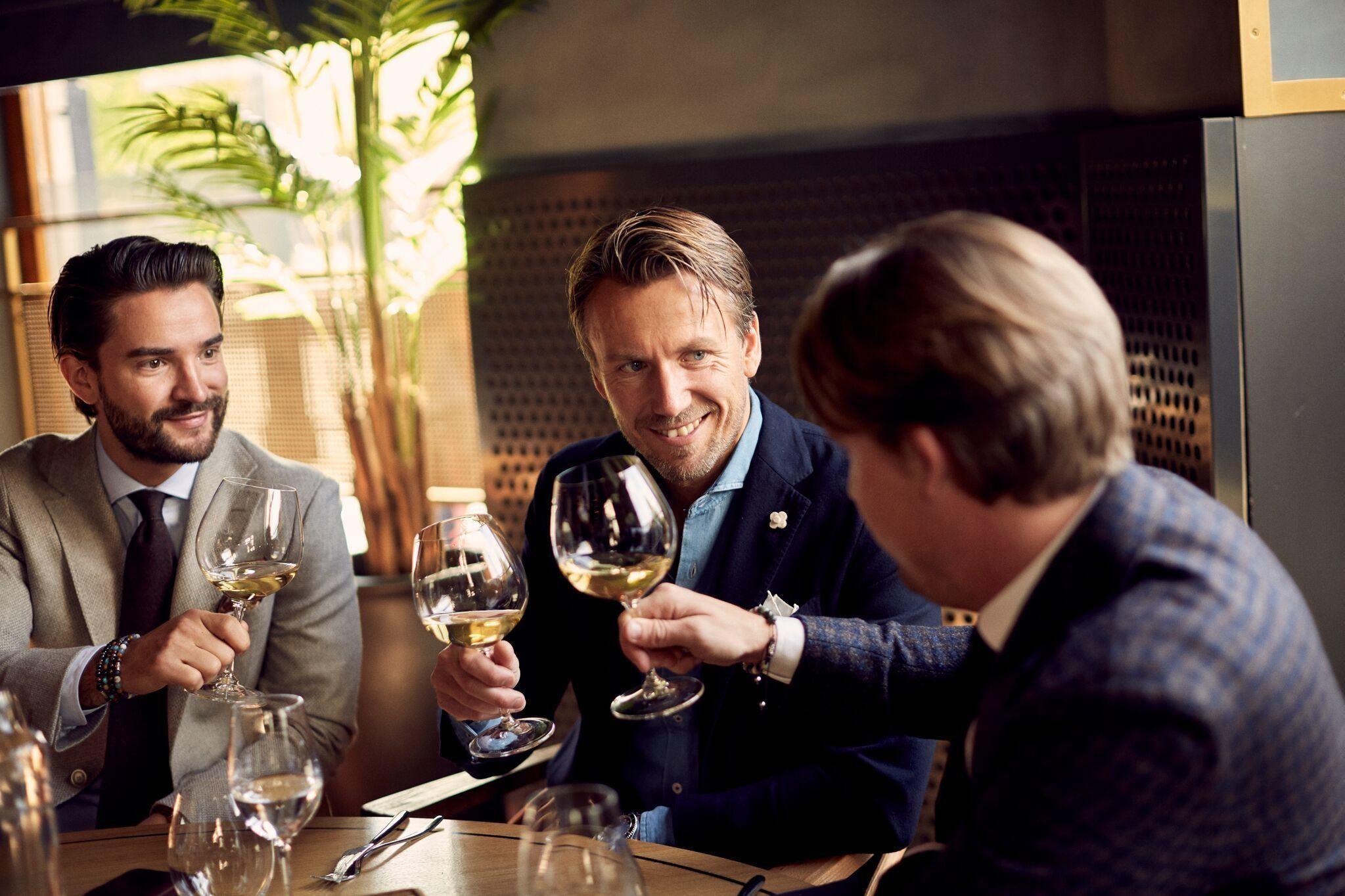 William Follestad (41) startet sin karriere i familiebedriften i 2000 som butikksjef for nye Follestad på Strømmen Storsenter. Det var startskuddet for mer trendy Follestad-butikker med større fokus på en yngre målgruppe. Han sitter her i midten. Foto: Ole Martin Halvorsen