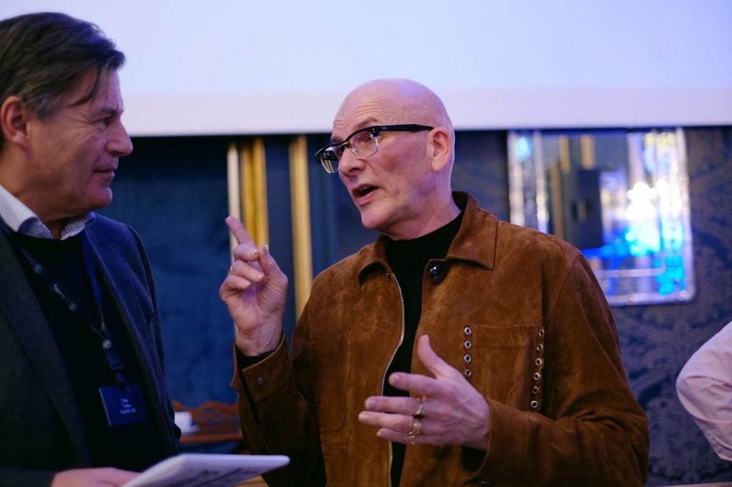 URBANIST: Kjell Anders Nordström, svensk samfunnsøkonom, forfatter og foredragsholder, gjestet torsdag Norge og Oslo. Her er Nordström (til høyre) i samtale med en av tilhørerne etter foredraget.