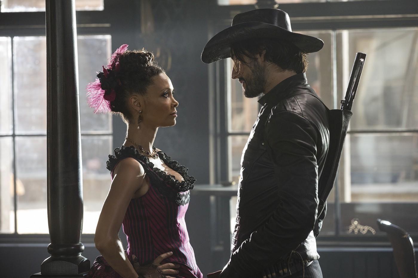 Thandie Newton som Maeve og Rodrigo Santoro som Hector Escaton i TV-serien Westworld, der vanlige mennesker får leke seg i en alternativ Wild West-verden med androider.