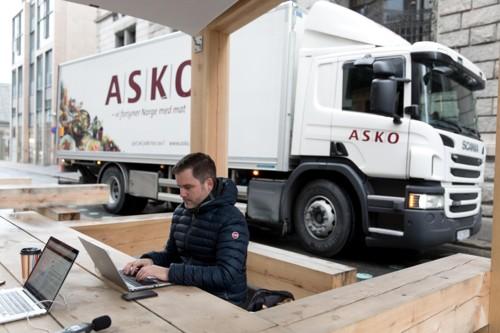 UTEKONTOR: Nettavisen har testet utekontoret som har erstattet parkeringsplasser i Øvre Slottsgate i Oslo. Journalist Jørgen Berge forsøker her å konsentrere seg mens lastebiler passerer rett bak.