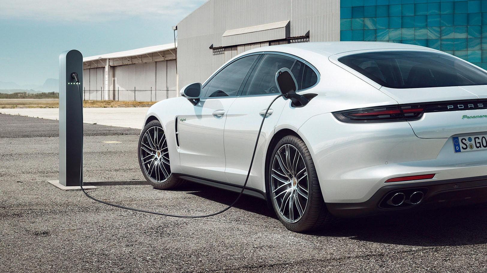 Nye superladere skal gi mye kortere ladetid, dermed også mer fleksibilitet for elbil-eierne. Bildet er for øvrig av en Panamera hybrid, ikke en ren elbil.