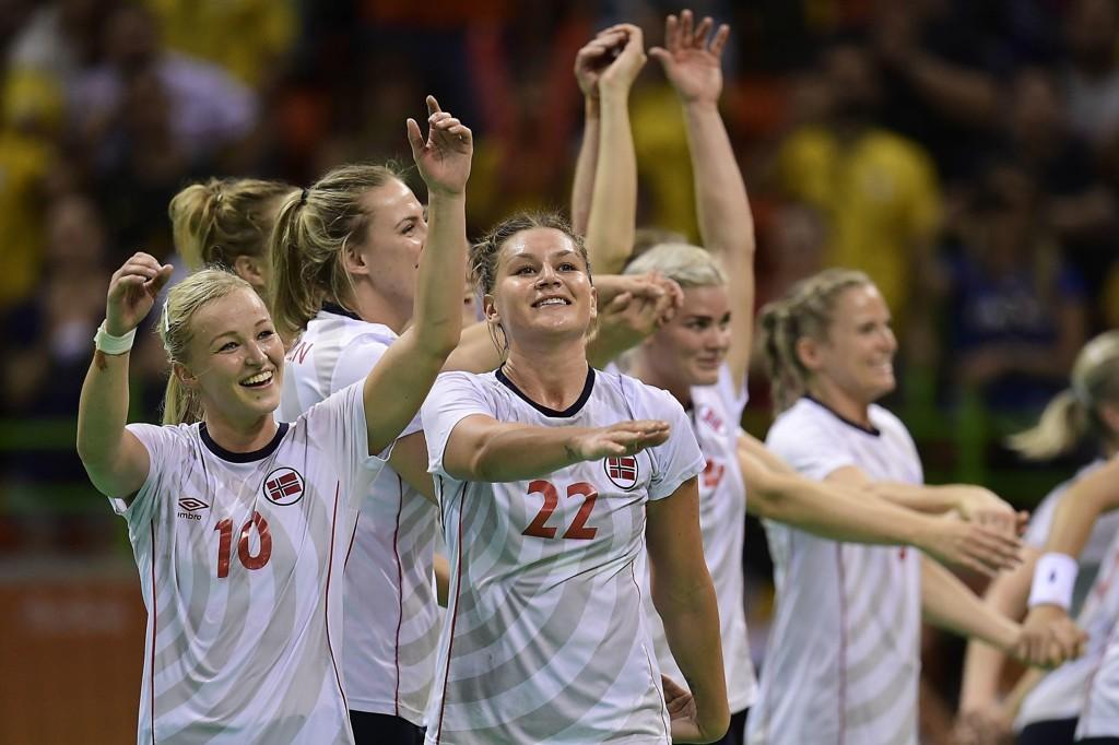 JAKTER NYE POKALER: Amanda Kurtovic, Stine Bredal Oftedal og de andre norske håndballjentene er igjen blant favorittene i VM.