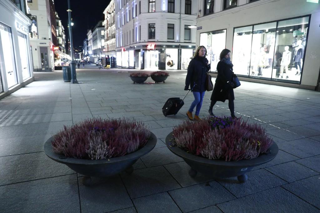 Tunge blomsterkasser ble mandag plassert på Karl Johans gate i Oslo som en del av kommunens risikoreduserende terrortiltak.