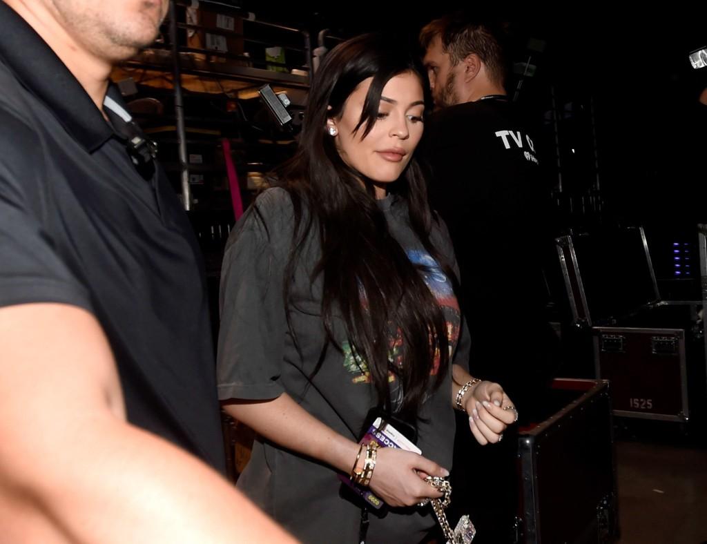 Kylie Jenner hevder at bildene fra Daily Mail og X17 av henne, med det som ser ut som babybump, er photoshoppet.