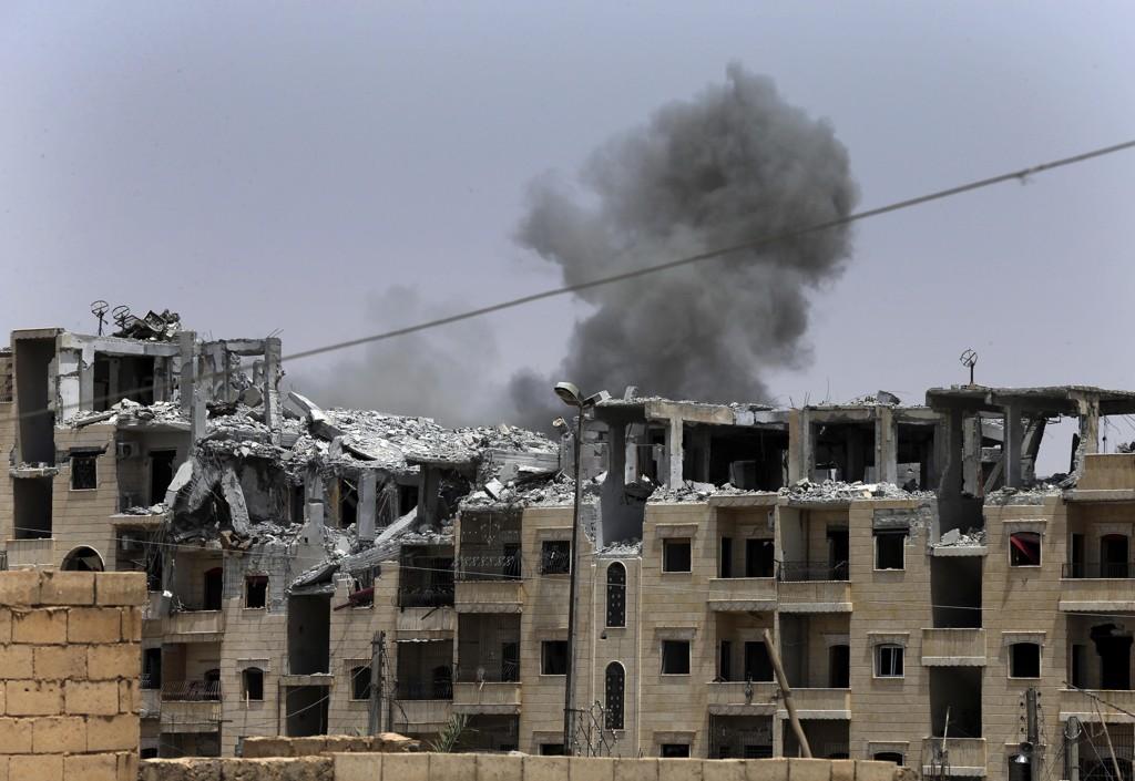 Røyk stiger til værs etter et av den USA-ledede koalisjonens bombeangrep i Raqqa i Syria i sommer.