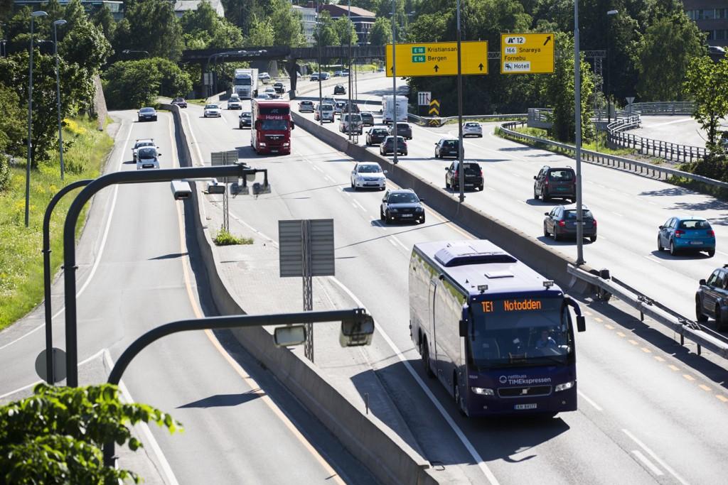 Etter nesten seks uker viser forsøket med kollektivfelt fra Lysaker til Sandvika kun marginale reisetidsgevinster for bussen, mens rushtiden har blitt vesentlig utvidet. Prøveordningen avvikles umiddelbart (arkivfoto).