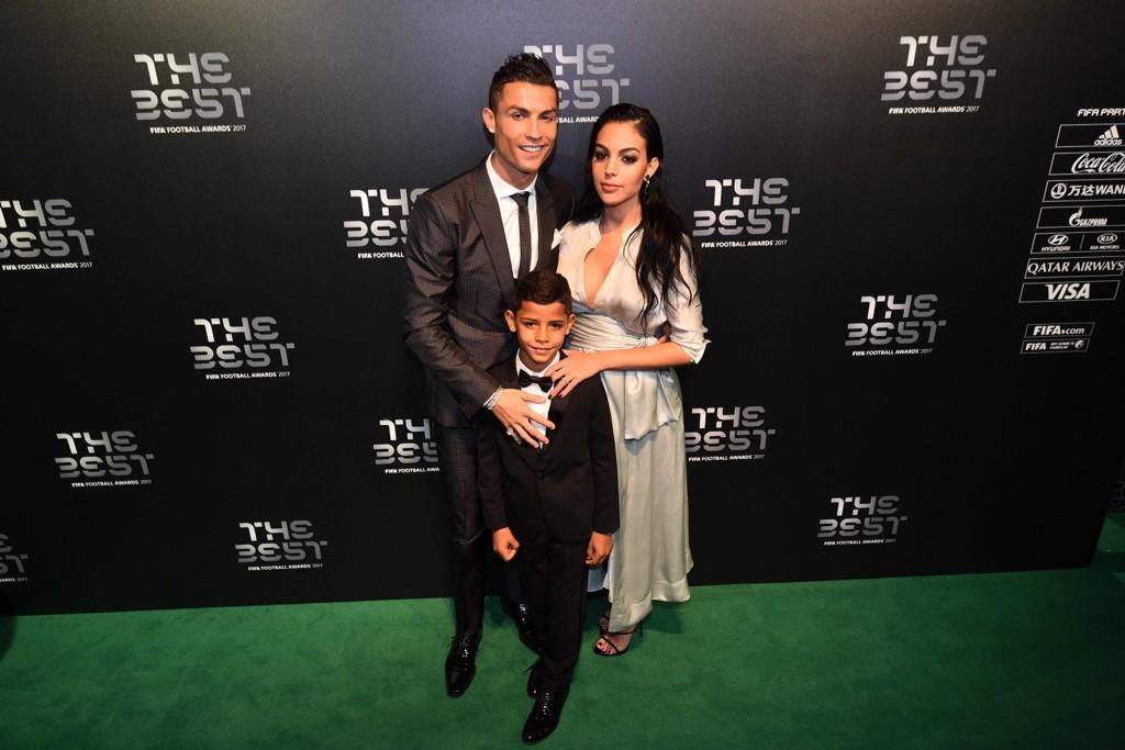 FAMILIELYKKE: Cristiano Ronaldo og kjæresten Georgina Rodriguez fikk søndag et barn. Det er Ronaldos fjerde barn. Her sammen med sønnen Cristiano Ronaldo Jr.