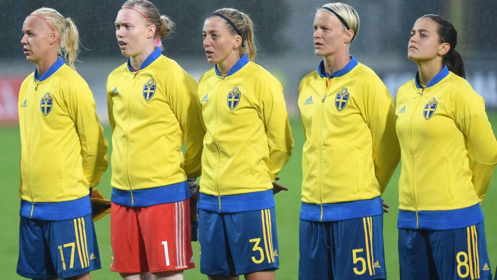 SKAPER OPPSTYR FØR KAMP: Det svenske kvinnelandslaget.