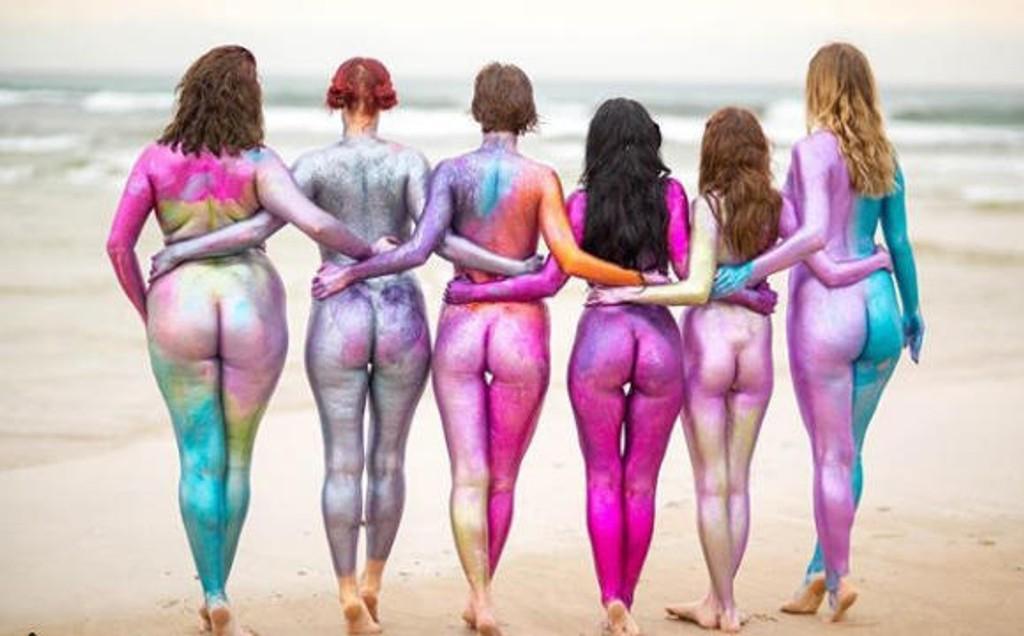 En gruppe med utrolig rå kvinner som er dekket med glitter.