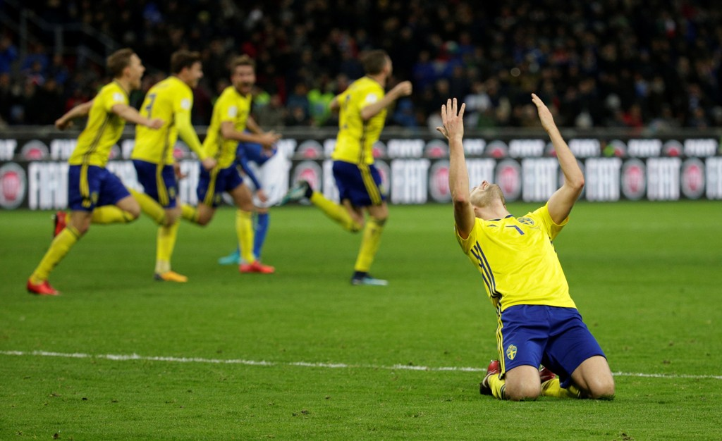VILL JUBEL. Det svenske landslaget i fotball sto for en stor bragd mandag da de spilte 0-0 borte mot Italia og gikk videre til VM.