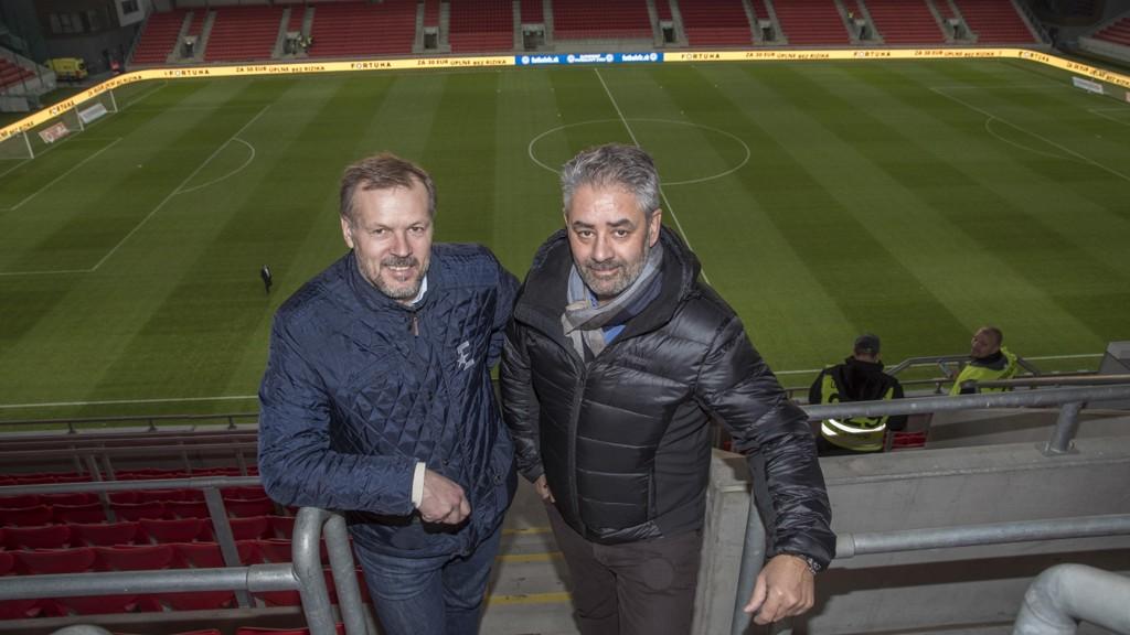 Kenneth Fredheim på plass på stadionet i Trnava tirsdag sammen med ekspertkommentator Kjetil Rekdal.