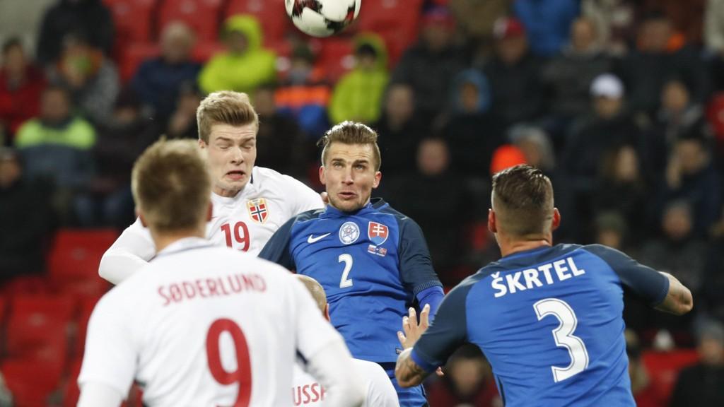 TØFFE TAKK: Alexander Sørloth i duell under kampen mot Slovakia.