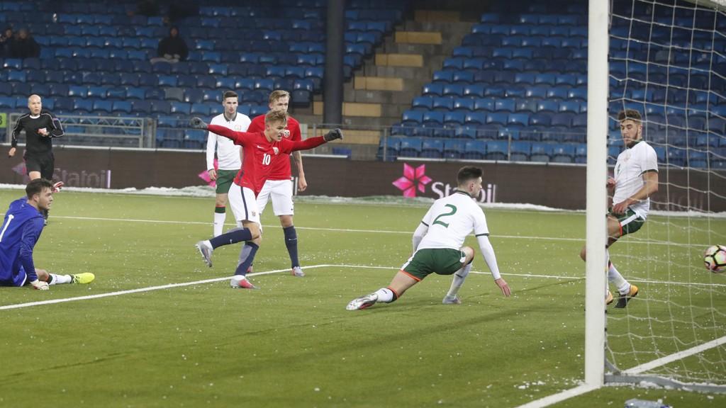 GOD KAMP: Her scorer Martin Ødegaard Norges 1-0-mål på Marienlyst tirsdag.