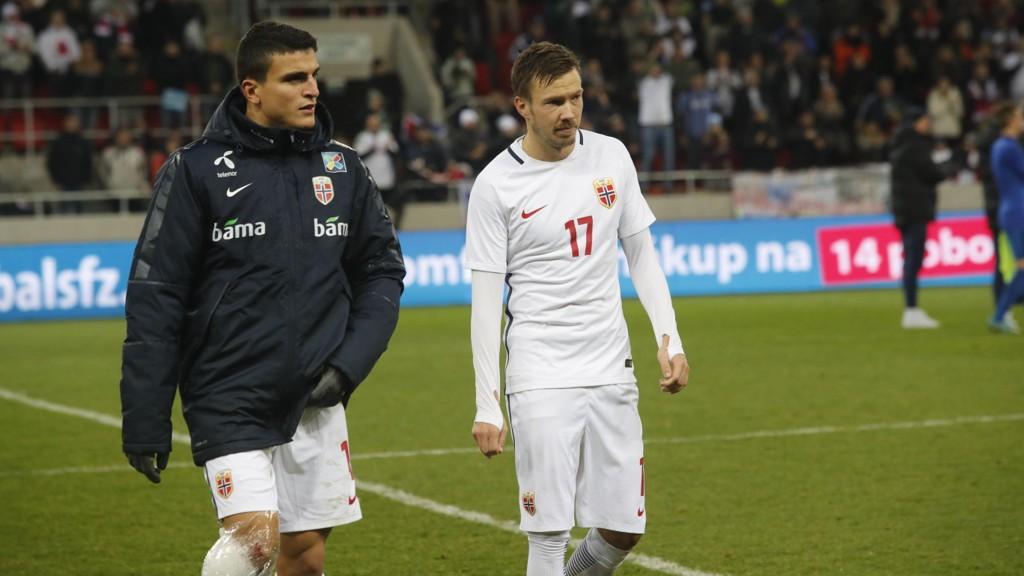 DEPPER: Tarik Elyounoussi og Martin Linnes depper etter kampen tirsdag kveld. Norge tapte 1-0.