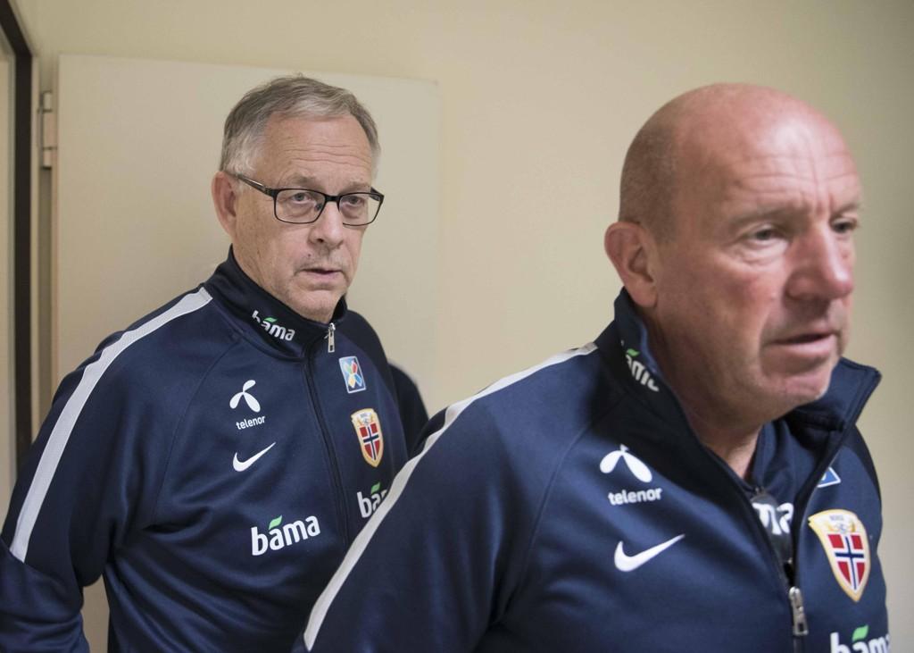 UJEVNT: Landslagssjef Lars Lagerbäck og Nils Johan Semb (th). Sistnevnte mener det har vært et ujevnt år for det norske landslaget.
