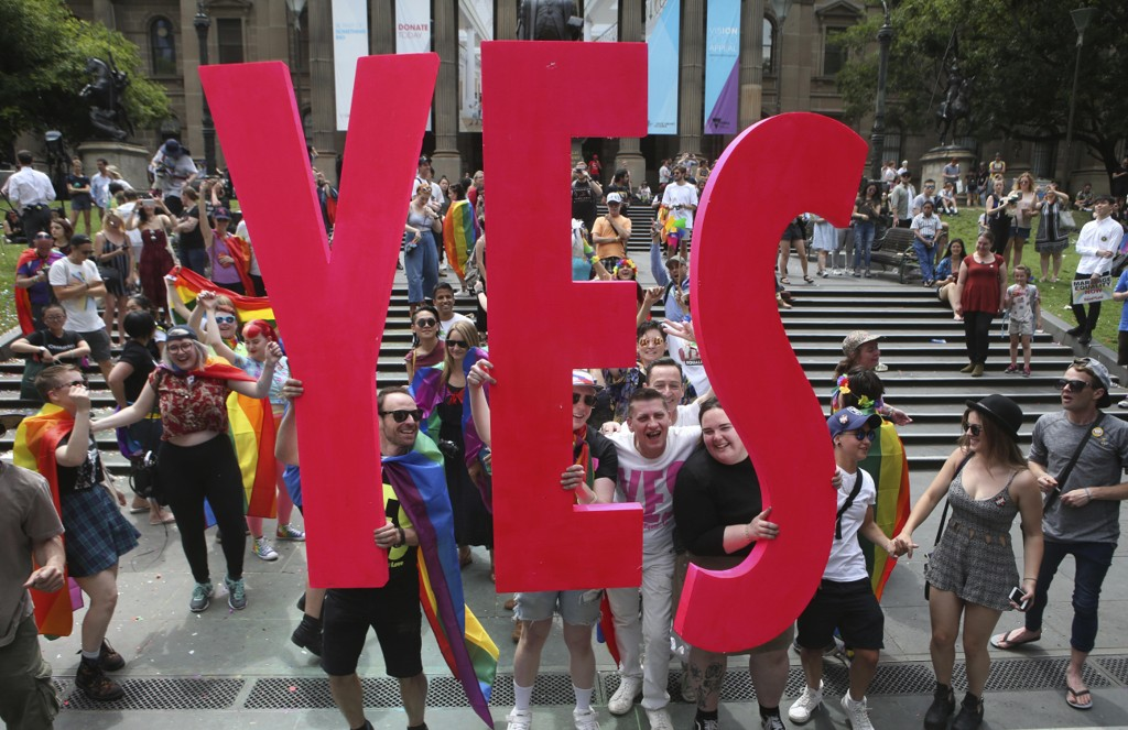 Folk feirer resultatet av folkeavstemningen foran State Library of Victoria o Melbourne.