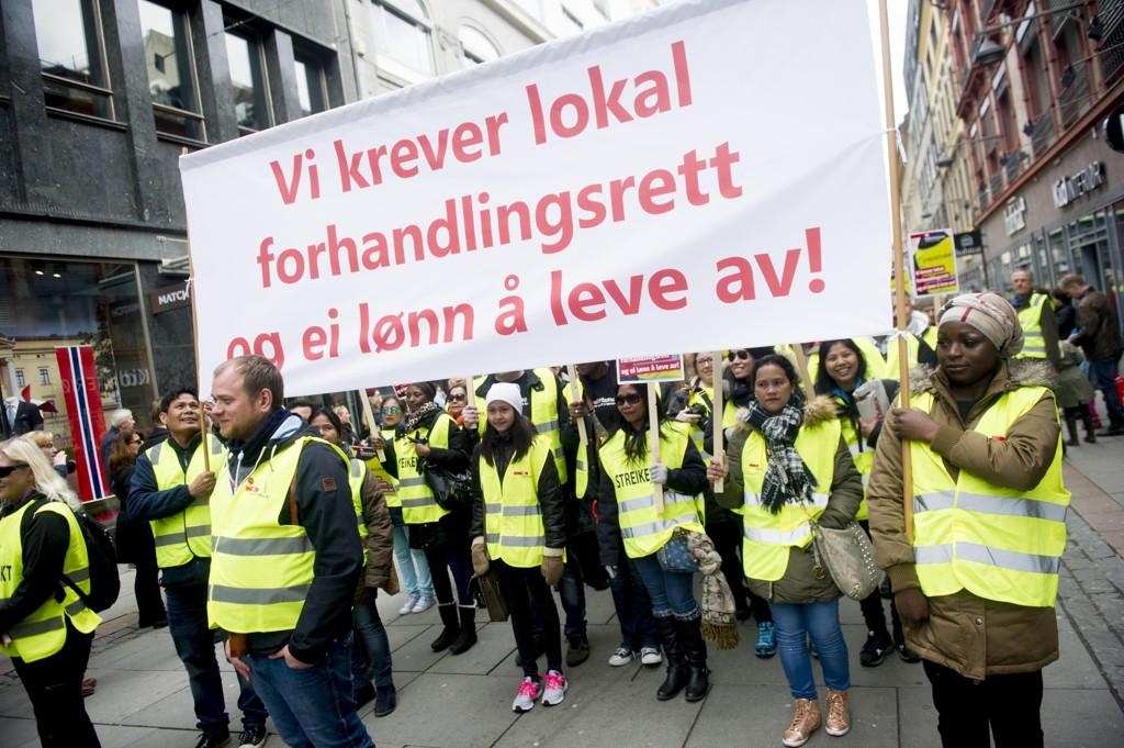 10.000 fagorganiserte over hele landet går ut i politisk streik onsdag for å kreve forbud mot bemanningsbyråer. Illustrasjonsfoto: Streikevakter fra Fellesforbundet går i 1. mai-tog i Oslo.