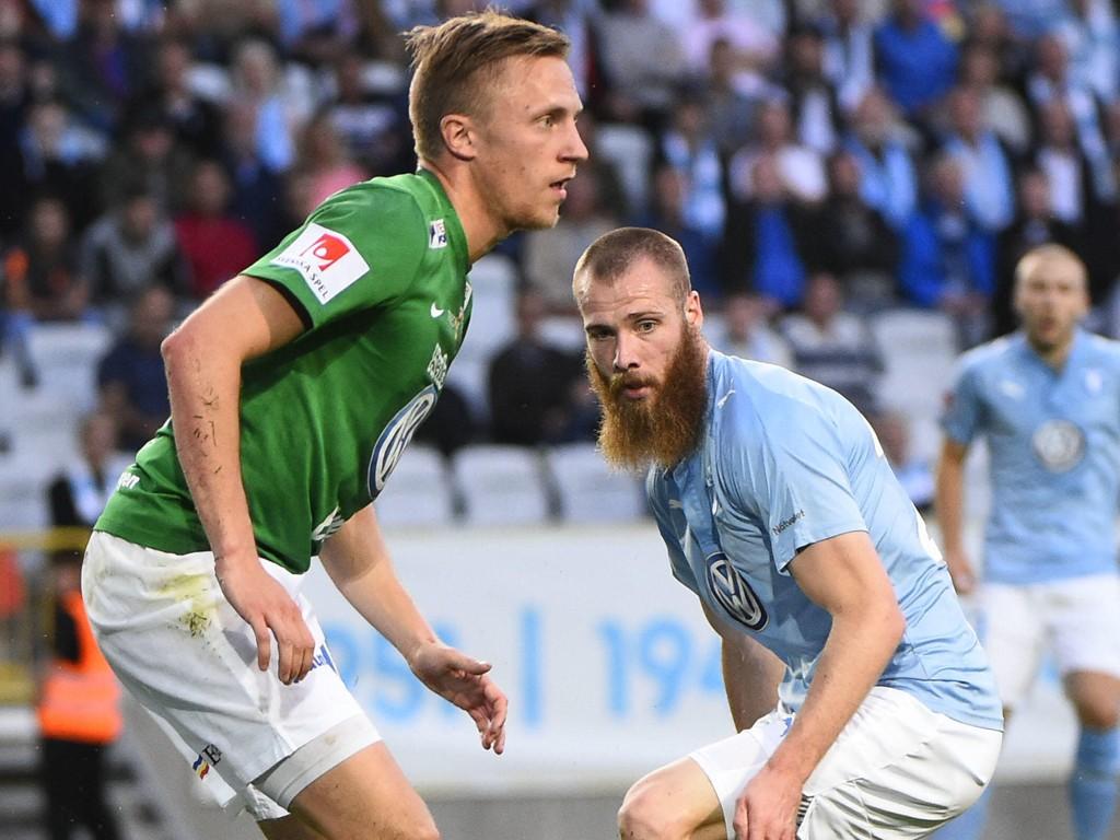 ILLUSTRASJONSFOTO: Her ser vi Jo Inge Berget i kamp med en Jönköping Södra-spiller forrige sesong.