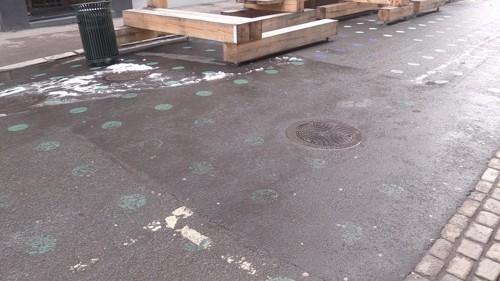 PRIKKEDØD: Etter kun fire måneder er flere av de malte prikkene allerede borte. Totalt har byrådet malt 2000 prikker i to gater i Oslo sentrum.