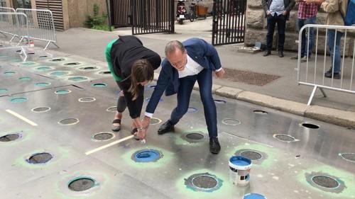 MALTE PRIKK: Byråd Hanna Marcussen malte selv én prikk da hun hadde besøk Stockholms trafikkbyråd Daniel Hellde i juli.