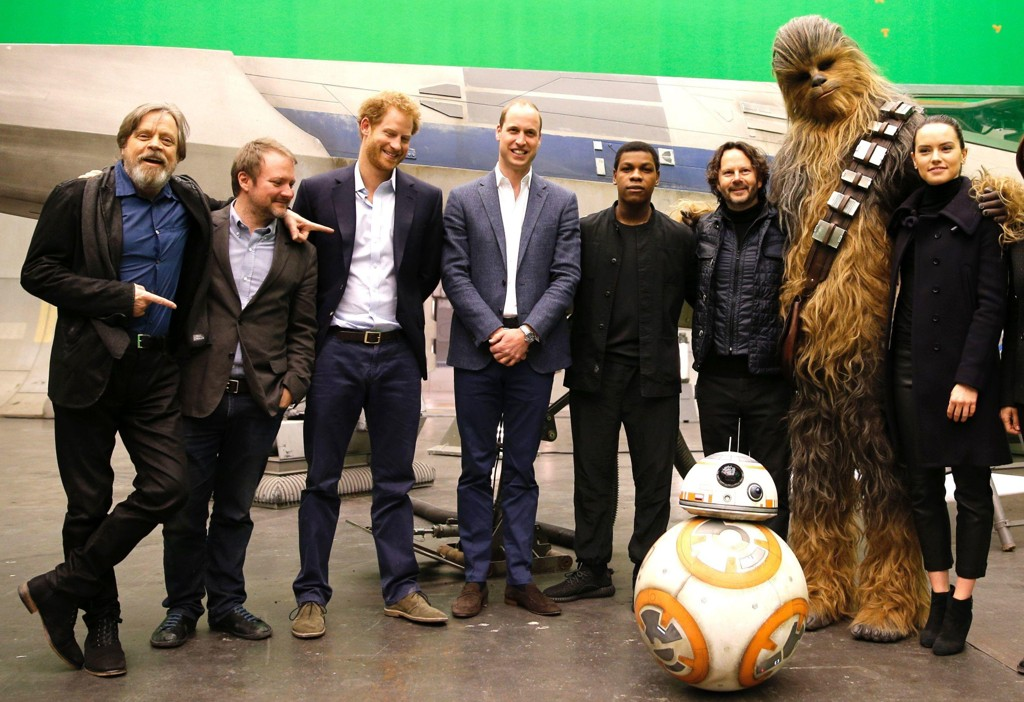 PRINSER I STAR WARS: Prinsene Harry og William besøkte Pinewood Studios utenfor London i april 2016. Fra venstre: Skuespiller Mark Hamill, regissør Rian Johnson, prins Harry, prins William, skuespiller John Boyega, Chewbacca og skuespiller Daisy Ridley.