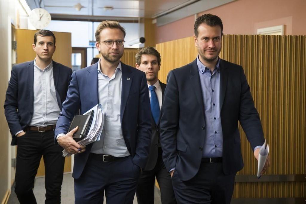 Høyres Nikolai Astrup (t.v.) og Frps Helge André Njåstad, her under et tidligere forhandlingsmøte på Stortinget, hadde tirsdag med seg et nytt budsjettilbud til Venstre og KrF.
