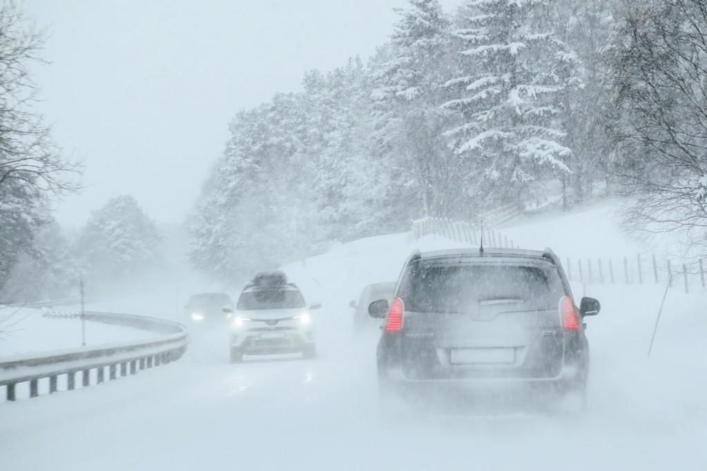 ADVARER: Vanskelige kjøreforhold i store deler av landet onsdag. Vegtrafikksentralen oppfordrer folk til å kjøre etter forholdene. Illustrasjonsfoto.