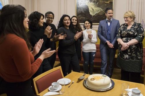 FEIRET MED KAKE: Kvinnene bak den ferske stiftelsen «Født fri» feiret med kake på Stortinget torsdag.
