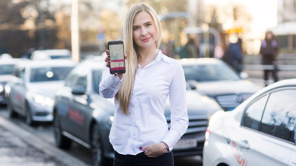 Lara Sokolova, visepresident brand i Mivai, viser frem taxiappen som på kort tid er blitt lastet ned av over 70.000 nordmenn. Foto Ronja Slar.