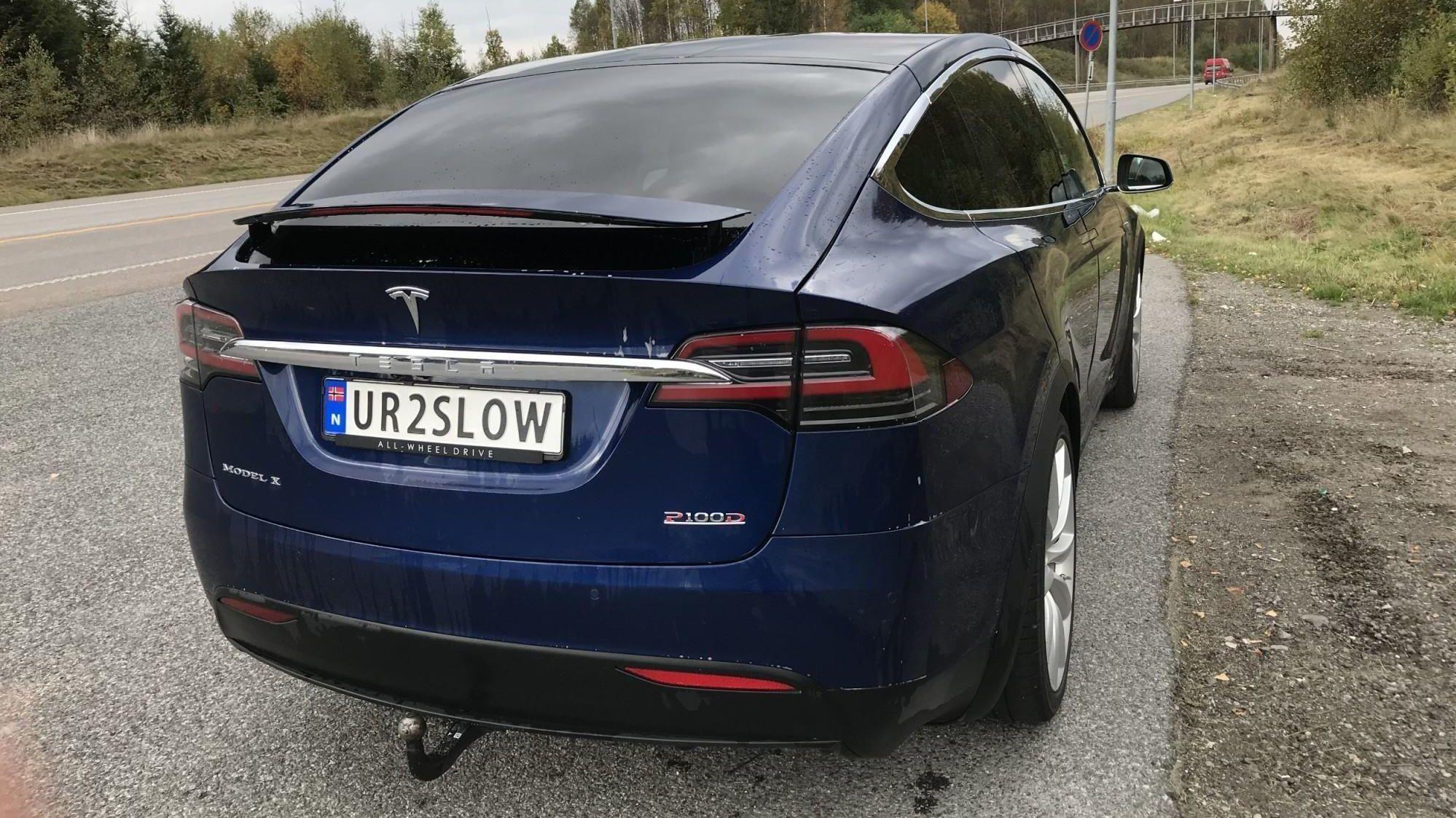 Tesla Model X P100D er en av verdens raskest akselererende biler. Eier Pål Henrik Thorkildsen (43) har valgt skiltene sine med teksten UR2SLOW fordi han synes det er morsomt, og fordi bilen er veldig rask ...