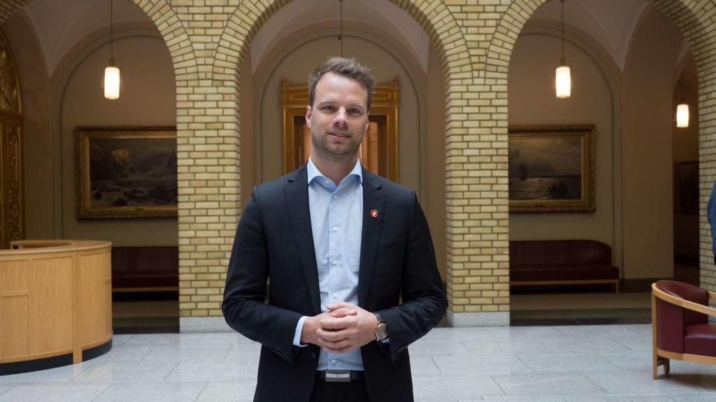 REAGERER: Frps innvandringspolitiske talsperson, Jon Helgheim, mener Arbeiderpartiet vingler i asylpolitikken, og advarer mot konsekvensene.