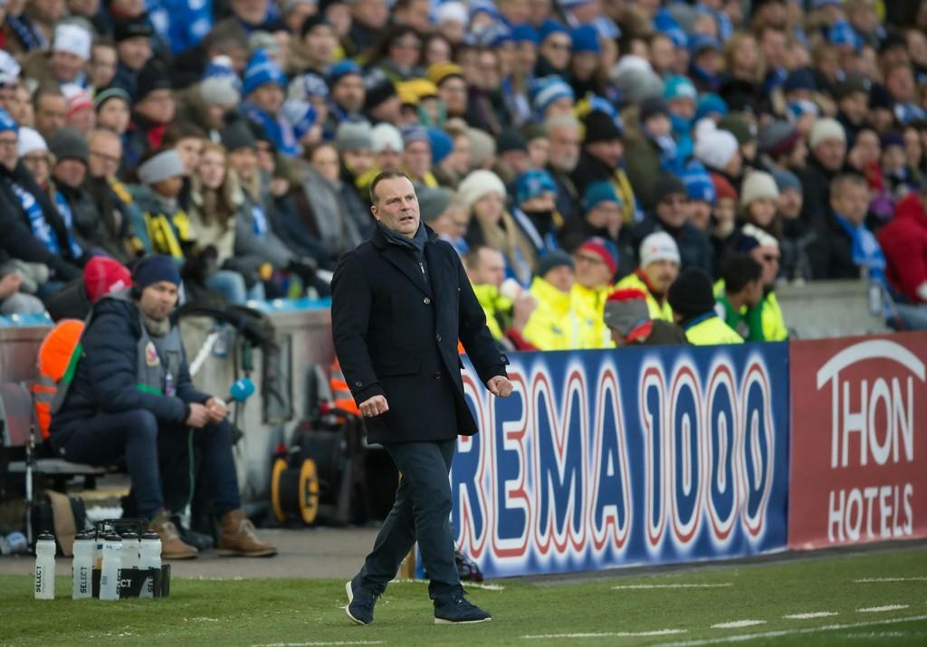 JA TAKK: Geir Bakke hilser videodømming velkommen etter at Sarpsborg 08 kom under med 1-0 tidlig i cupfinalen etter scoringen av en offside-plassert Simen Kind Mikalsen.
