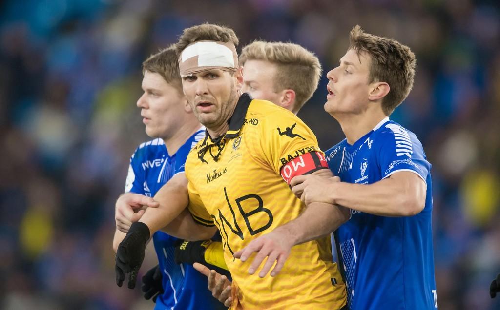 TRØKK I HODET: Frode Kippe fikk til tider tøff behandling av Sarpsborg 08-spillerne under søndagens cupfinale, og måtte lappes sammen - på do.