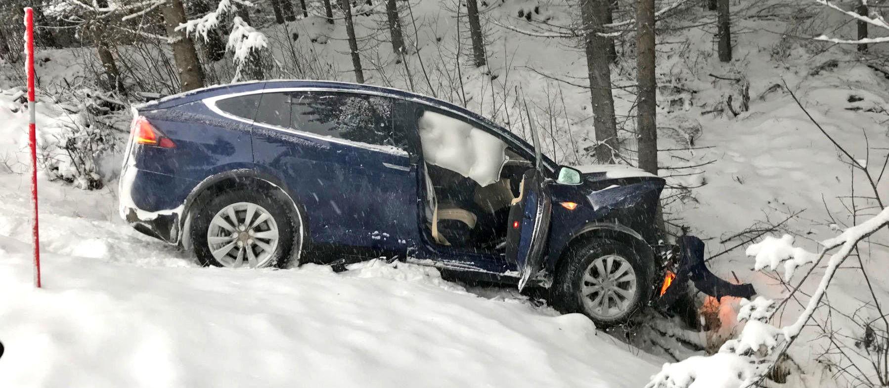Her har Teslaen til Erik Ramsberg (50) krasjet inn i treet, etter at den traff en møtende bil på veien. Ulykken skjedde på svært glatte veier.