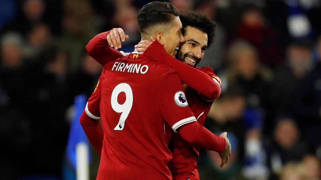 Liverpool's Roberto Firmino gratuleres av lagkamerat Mohamed Salah etter en av sine to scoringer i bortemøtet mot Brighton i helgen.