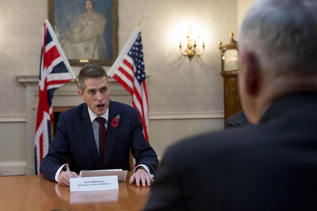 Forsvarsminister Gavin Williamson mener briter som har kjempet for IS, aldri bør få slippe inn i landet igjen. Bildet er fra et møte Williamson nylig hadde med sin amerikanske kollega Jim Mattis.