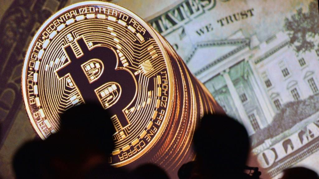 Natt til torsdag ble en bitcoin omsatt for rekordhøye 14.475 dollar (119.958 kroner) i Asia-handelen. Dagen før passerte bitcoin 12.000 dollar for første gang.
